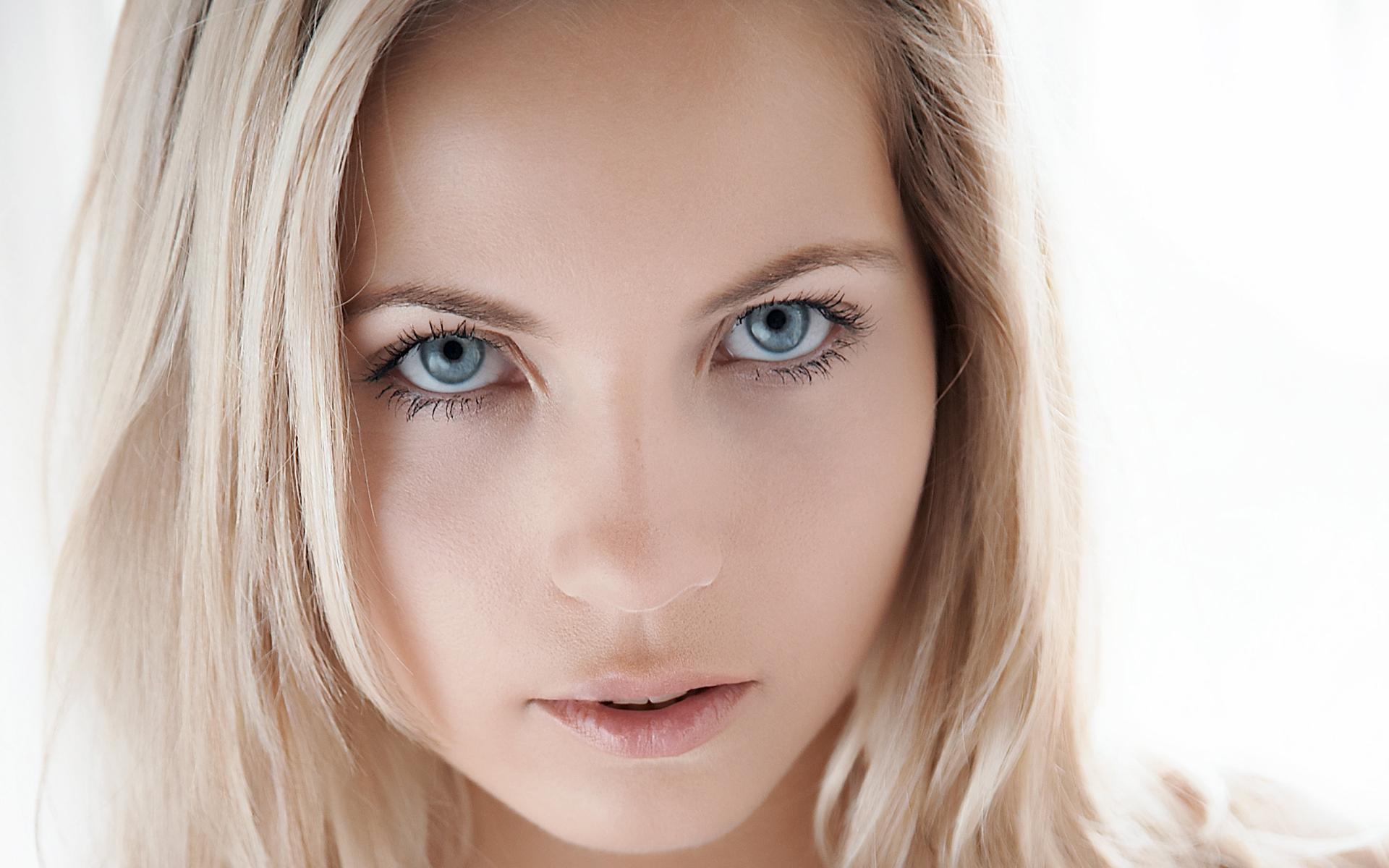 Фотки дженни грегг, сексуальная блондиночка показывает свои прелести фото