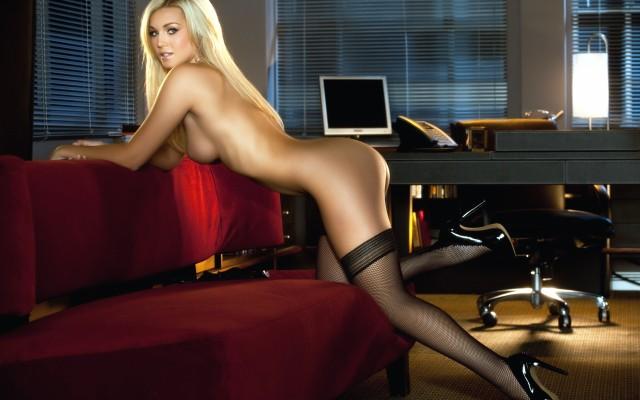 Блондиночка в чулках, шикарные формы, соблазнительный поза, женщина на