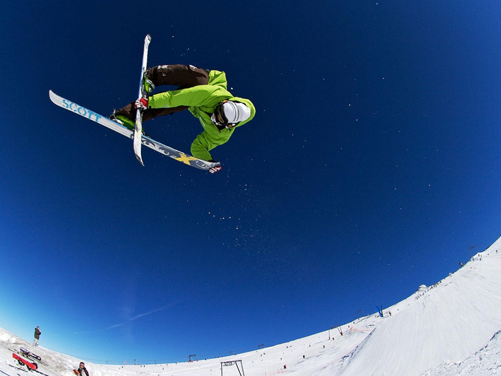 Лыжник прыжок горы небо  № 3308973 бесплатно